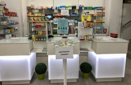 Mampara-de-protección-para-mostrador-de-farmacia-Mamparalia